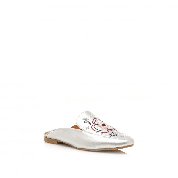 Bordados de flores en el calzado de este verano