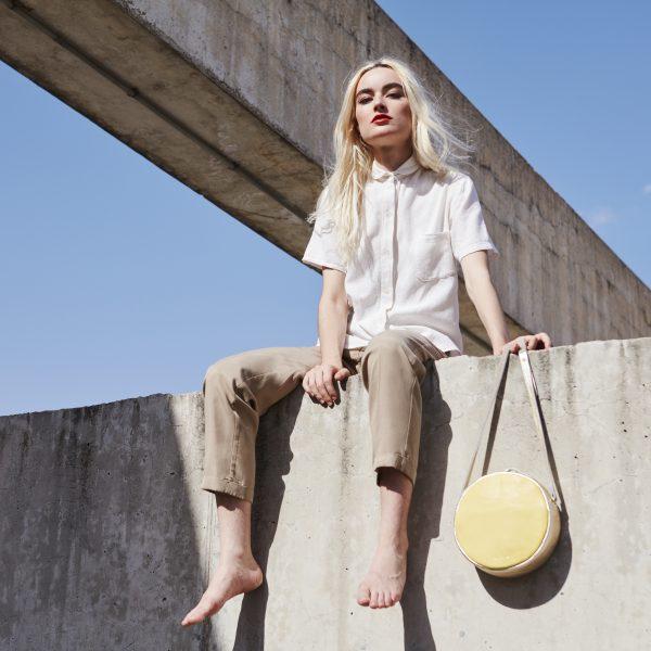 Una colección de bolsos hecha con las manos para mujeres y amigas