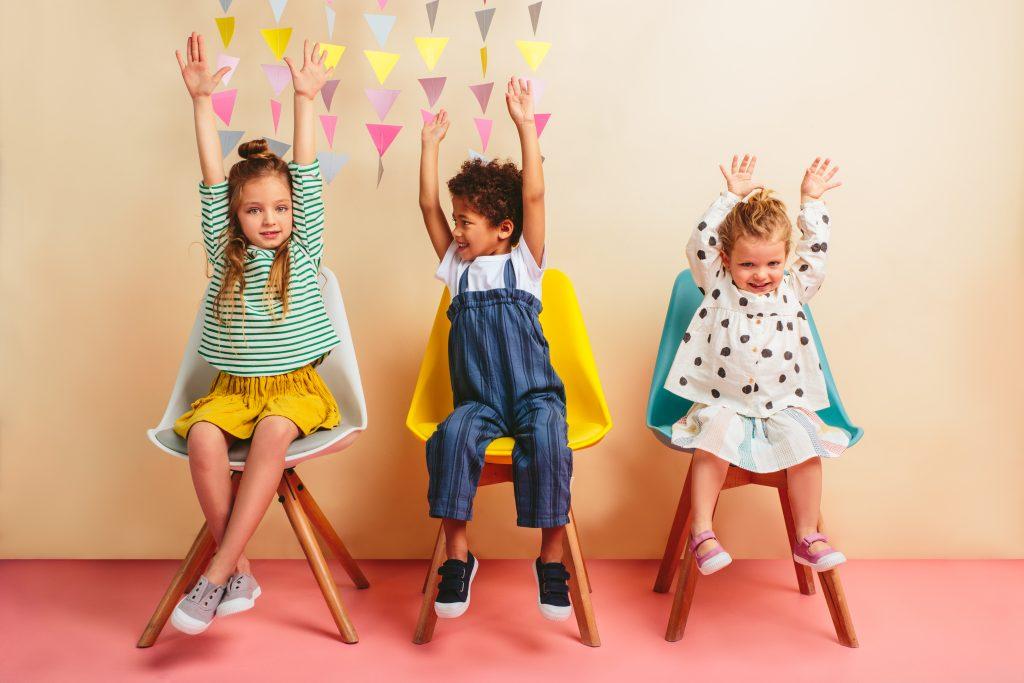 Igor organiza una fiesta con su colección de verano para niños