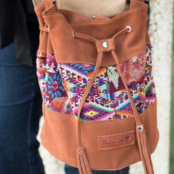 Bolsos y complementos artesanales hechos a partir de textiles mayas reciclados
