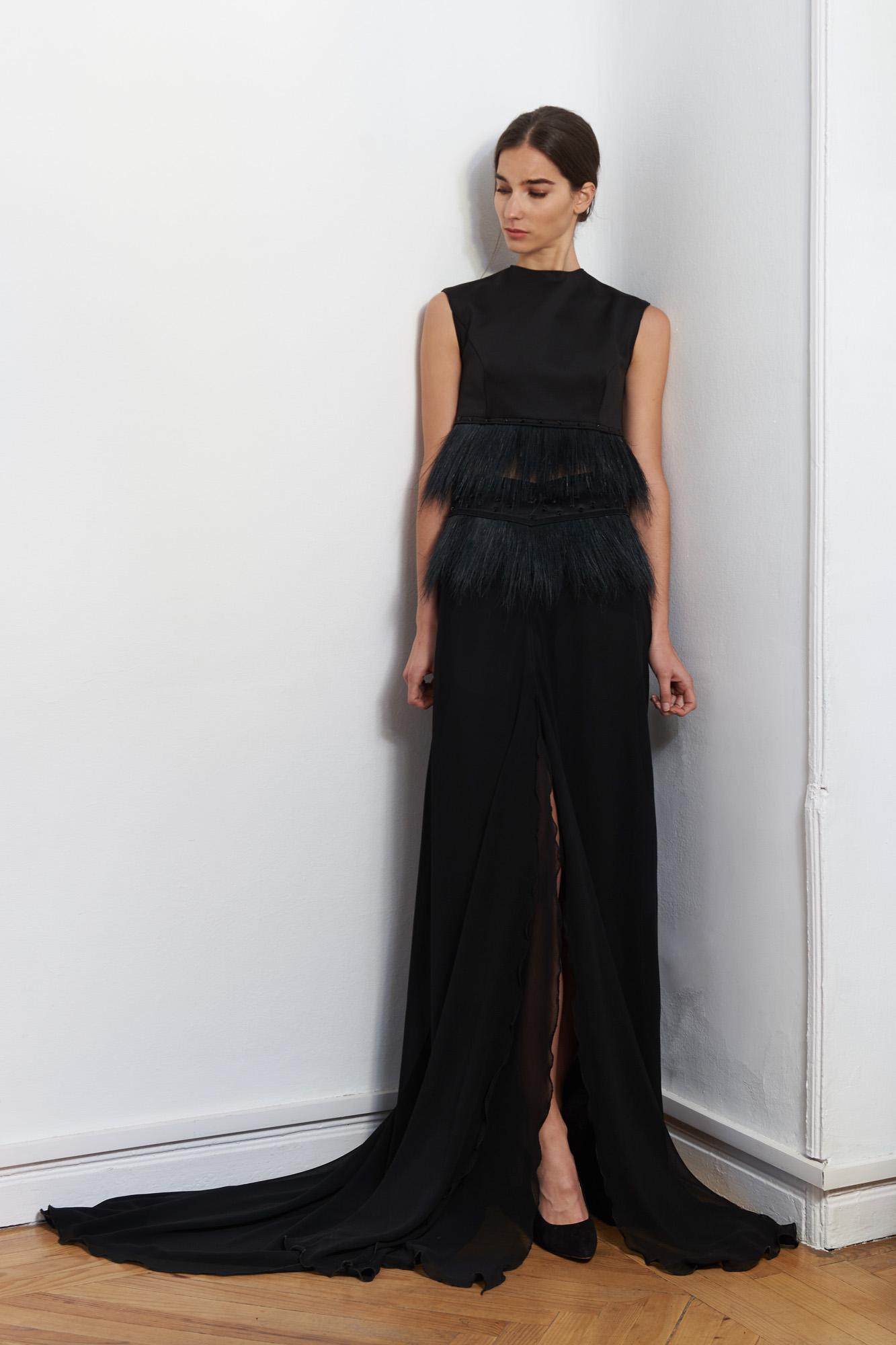 Zoraida Cases viste a una mujer femenina con bordados en 3D