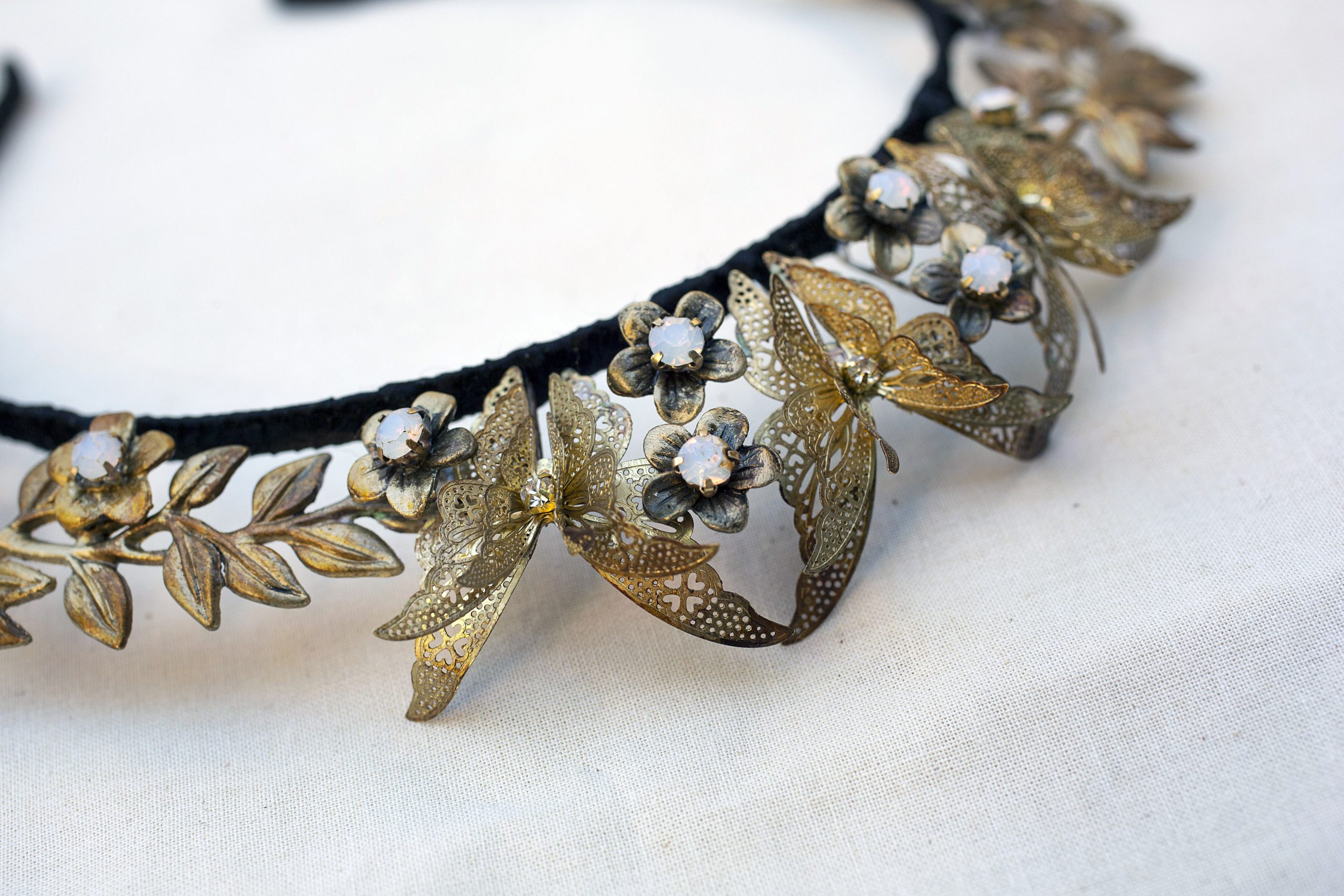 Tiaras y coronas metálicas para el día a día gracias a Mar Balmón