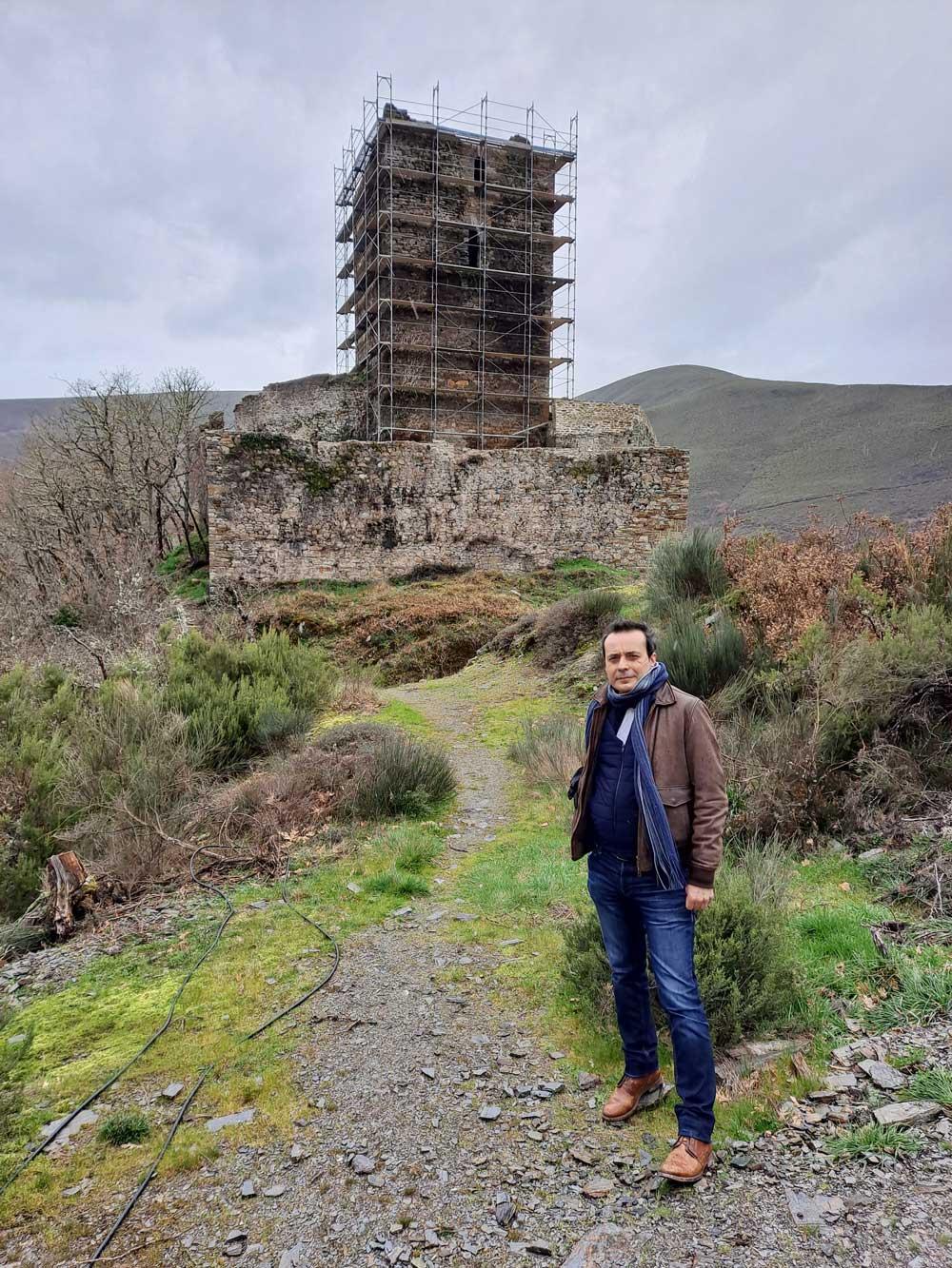 Carlos Fidalgo ante el castillo en restauración de Balboa, en el Bierzo Oeste, otro de sus últimos reportajes