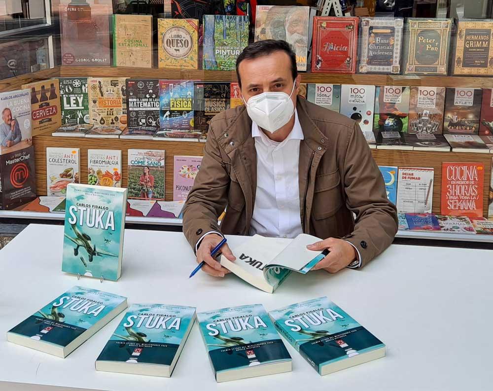 Carlos Fidalgo durante una firma de su novela Stuka