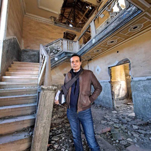 Carlos Fidalgo en la casa en ruinas del dueño de la mina Antracitas de la Granja, en el poblado minero de Albares (Bierzo Alto), durante la elaboración de uno de sus reportajes en Diario de León